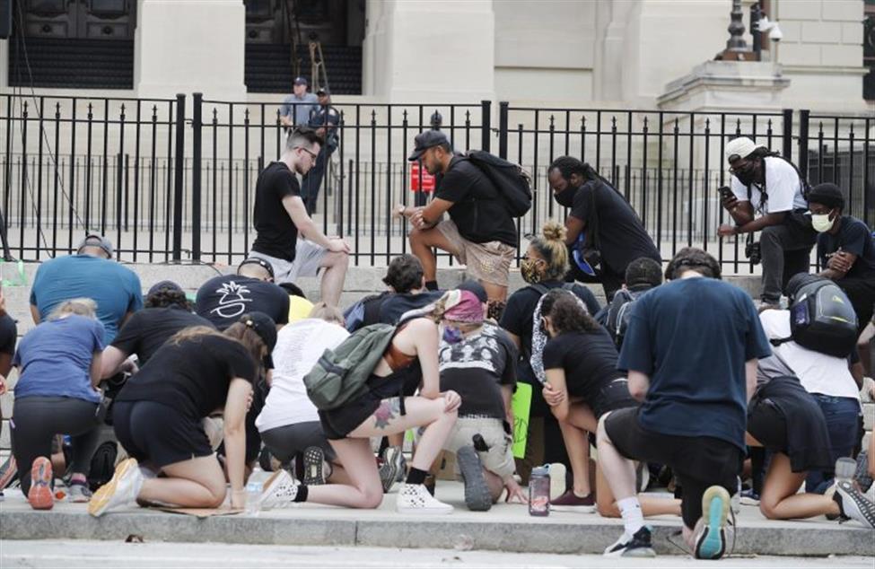 USA: UN ALTRO AFROAMERICANO UCCISO DALLA POLIZIA. E I CATTOLICI MANIFESTANO PACIFICAMENTE IN PIAZZA